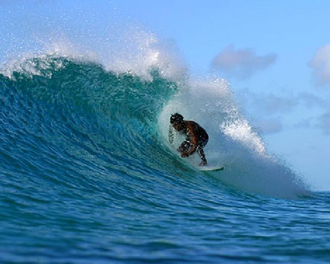 Asyiknya Surfing di Batu Mandi Pangandaran
