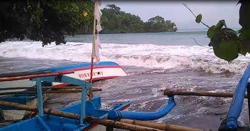Air Pasang di Pangandaran Terjang Perahu dan Warung Pinggir Pantai